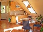 Haus am Wald in Zingst - Apartment Fewo 2 - offene Küche mit Essbereich für 4 Personen