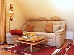 Haus am Wald -  Apartment Fewo 2 - Doppelbett-Couch mit Ottomane für den gemütlichen Fernsehabend