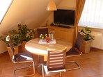 - Apartment Fewo 2 - Essbereich mit Fernsehecke (TV für den Fernsehabend auf dem Sofa schwenkbar)