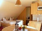 Haus am Wald -  Apartment Fewo 2 - Blick aus dem Wohn- in den Schlafbereich