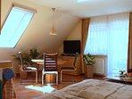 Haus am Wald - Apartment Fewo 2 - Blick in den Wohn- / Essbereich des  Apartments