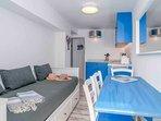 Cucina con 4 posti a sedere e divano letto 160 x 200