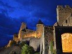 La cite de Carcassonne de nuit , ici la porte de l'Aude