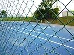 courts de tennis à 20 m. Forfait et réservation à la mairie de donville. Tél sur place.