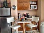 cucina completa con ripiani in granito, frigo pieno, forno a microonde, caffettiera piatti pentole e padelle