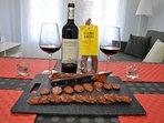 Botella de vino y chorizo cortesía del apartamento
