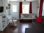 Bright and spacious living room with futon for extra sleeping. SmartTV, Wifi, DVDs and books.