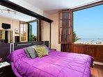 Dormitorio principal con impresionantes vistas a la playa