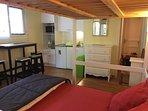 Pièce principale (vue intérieure) : 1 canapé-lit (140 x 190 cm) + 1 lit superposé pour 1 pers.