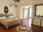 espacioso dormitorio con baño , cama king size , ventilador y aire acondicionado