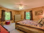 Upstairs bedroom has queen bed, cable TV, mountain and sunrise views. Clean w all linens provided.