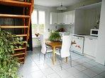 la cuisine et l'escalier menant à l'étage
