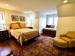 Queen guest bedroom, upper level