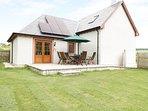 HAZEL LODGE, woodburning stove, dog-friendly, countryside views, Ref 982620