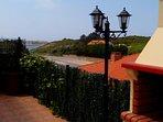 Terraza y vista del puerto al fondo