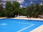 Vollop genieten van de zon aan ons grote zwembad