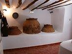 Rustiek deel van de cortijo: oude wijn en olie opslagvaten in het koelste deel van het huis