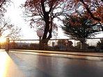 Tavolo da ping pong sotto il tramonto.