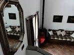 Vista del divano e dell'ingresso dalle scale