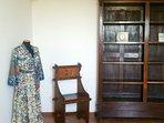 Angolo dalla camera da letto con manichino, sedia russa decò e libreria impero