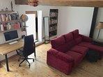 Mesa de trabajo y sofá.
