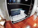 Cuna plegable, colchón y ropa de cama de cuna.