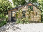 THE MOUSE HOUSE, studio accommodation with views, near Milborne St Andrew