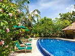 Villa Mako - Tropical garden surrounds the pool