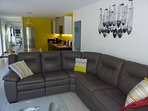 Un canapé cuir 6 places pour votre confort.