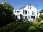 BOURNECOAST -BEAUTIFUL FAMILY HOME, 4 BATHROOMS, NEAR BEACH, SKY & SPORTS HB6150