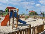 Parque infantil en la plaza del pueblo. Cerca del centro médico, Ayuntamiento y supermercado Erosky.