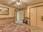 This room also features a queen bed!