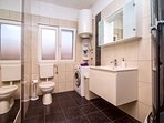 Family bathroom no.1 with shower and washing machine
