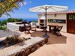 Het terras met comfortabele zonnebedden en een BBQ. Met alweer dat fantastische uitzicht.