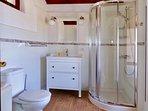 De badkamer met links naast de toilet een wasmachine.