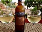 Kom en geniet tijdens die prachtige avonden van de geweldig lekkere wijnen die het eiland rijks is.