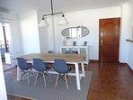 Salle à manger climatisée avec accès à la cuisine et terrassse