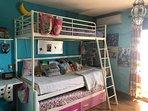 Dormitorio con 2 camas de 90 y litera para niños menores de 12 años. Balconcito con vistas al mar