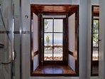 Het uitzicht vanuit de badkamer. Een engelse bezoeker noemde de toilet:'A loo with a view'.