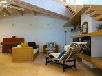 Open space: vintage Le Corbusier perfetto per la lettura vicino al camino elettrico