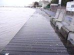 la grande marée sur la promenade