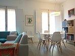 Salón comedor con dos sofás para 6 plazas, más dos sillones extras.