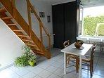 La cuisine vue opposée et l'escalier menant à l'étage