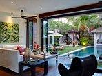 Majapahit Beach Villas - Villa Nataraja - Living and pool