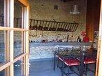 Salle commune adjacente : cuisine équipée, salle à manger, petit salon