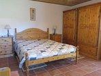 la chambre à très grand lit