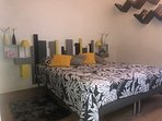La chambre grise avec literie de qualité 160/200