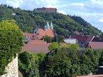 Blick: vom Wachturm mit Stadtmauer, Rathaus, Kiche 'St. Marien' zum Schloss 'Neuenburg'