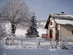 Vue hivernale maison/terrasse et jardinet