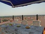 Terrasse avec table pour 6 personnes